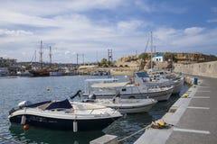 Hamnhamnplatsen i Hersonissos, port med fiskebåtar och segelbåtar royaltyfri foto