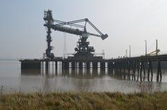 Hamnkranar längs tilburyen i Essex Arkivfoto