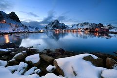 Hamnoy蓝色小时, Lofoten群岛在冬时的挪威 库存照片