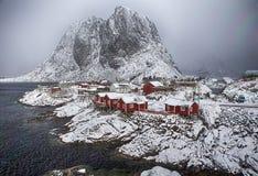Hamnoy by på det Lofoten öskottet från övrepunkt royaltyfria foton