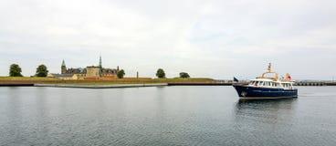 Hamnpanorama för den Helsingor slotten Arkivbilder