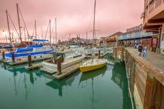 Hamnplats för fiskare` s på solnedgången arkivfoton