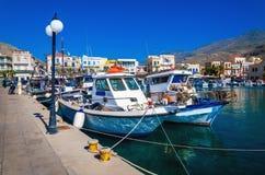 Hamnplats med citylights och mysiga traditionella grekiska fartyg i litet Arkivbilder