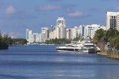 Hamnplats med yachter på residentialsna av Miami Beach, Florida Royaltyfria Bilder