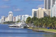 Hamnplats med yachter på residentialsna av Miami Beach, Florida Arkivfoton