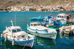 Hamnplats och mysiga traditionella grekiska fartyg i Grekland Fotografering för Bildbyråer