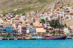 Hamnplats och traditionella grekiska fartyg, gammalt träskepp Royaltyfri Bild