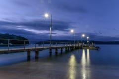 Hamnplatsen på den Patonga stranden på gryningen arkivfoton