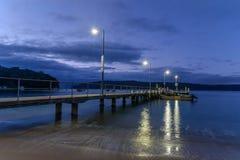 Hamnplatsen på den Patonga stranden på gryningen royaltyfri foto
