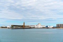 Hamnport med infrastruktur för import och export royaltyfri bild