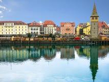 Hamnpromenad i Lindau med reflexion i vattnet Torn Mangenturm, Bayern, Tyskland, Europa Arkivfoton