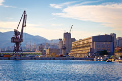 Hamnstad av Rijeka kranar och industriell zon i hamnsikt Royaltyfri Bild