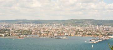 Hamnstad i fjärden av Varna Arkivbild