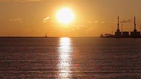 Hamnstad kranar i hamnstaden p? solnedg?ngen, stor hamnstad p? solnedg?ngen arkivfilmer