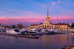 Hamnstad med att förtöja fartyg på solnedgången i Sochi, Ryssland royaltyfri fotografi
