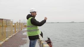 Hamnstadarbetaren är i port stock video