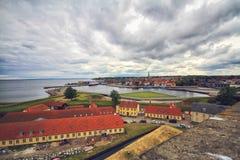 Hamnstaden av den Helsingor staden och den helgonOlaf kyrkan från Cronborg rockerar, Danmark royaltyfria bilder