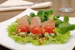 Hamon开胃菜用在核桃下的青纹干酪  免版税图库摄影