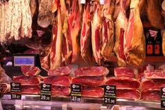 Hamon en el mercado de Barcelona, carne en el mercado de Boqueria Imágenes de archivo libres de regalías