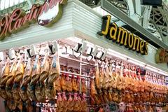 Hamon espanhol no mercado de Valência, iberico do jamon na carne de porco isolada, carne nacional tradicional do pé do preto da v imagem de stock