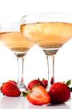 Hampagne avec des fraises sur un fond blanc Photo stock