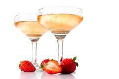 Hampagne avec des fraises sur un fond blanc Images libres de droits