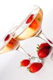 Hampagne avec des fraises sur un fond blanc Photos libres de droits