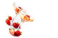 Hampagne avec des fraises sur un fond blanc Photographie stock