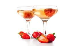 Hampagne avec des fraises sur un fond blanc Photo libre de droits