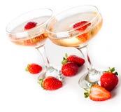 Hampagne com morangos em um fundo branco Fotos de Stock Royalty Free