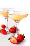 Hampagne med jordgubbar på en vit bakgrund Royaltyfri Bild