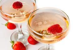 Hampagne med jordgubbar på en vit bakgrund Arkivfoton