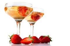 Hampagne med jordgubbar på en vit bakgrund Arkivbild