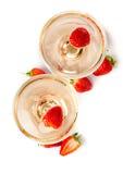 Hampagne med jordgubbar på en vit bakgrund Fotografering för Bildbyråer