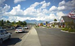 Hampe de drapeaux, AZ, Etats-Unis, vers 1999 - route partant dans la ville images libres de droits
