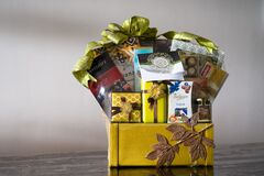 Free Hamper With Various Products Wrapped In Gold Colour For Hari Raya Aidilfitri Celebration. Royalty Free Stock Photos - 184436958