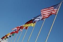 Hampes de drapeaux avec les drapeaux nationaux Image stock