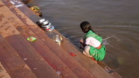 HAMPI, ИНДИЯ - АПРЕЛЬ 2013: Блюда местной женщины моя в реке сток-видео