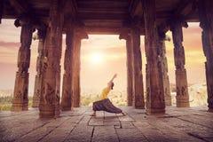 Йога в виске Hampi стоковая фотография rf