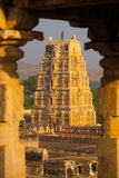 Hampi ha incorniciato le rovine del tempiale di Virupaksha antiche Fotografia Stock Libera da Diritti