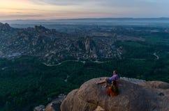 HAMPI IL KARNATAKA INDIA - 2 FEBBRAIO 2016: Alba aspettante della gente alla cima del punto di vista Immagine Stock