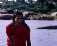 Hampi, India: Lavaggio della donna nel fiume immagine stock