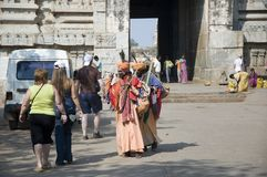 Hampi, Indien - 8. Februar 2009: Indische Mönche grüßen herzlich europäische Touristen lizenzfreie stockfotos