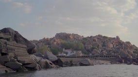 Hampi ist ein altes Dorf mit Komplexen des ruinierten Tempels von Vijayanagara-Reich stock video