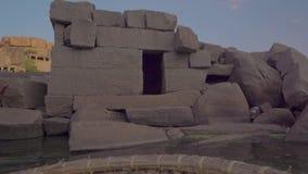 Hampi ist ein altes Dorf mit Komplexen des ruinierten Tempels von Vijayanagara-Reich stock video footage
