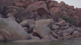 Hampi ist ein altes Dorf mit Komplexen des ruinierten Tempels von Vijayanagara-Reich stock footage