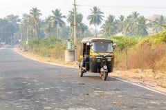 Hampi, Karnataka, Индия - 1 13 2017; автоматическая рикша увиденная от стоковые фотографии rf