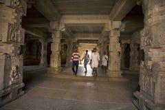 HAMPI, KARNATAKA, INDIA, Styczeń 2005, turyści i dewotki przy świątynnym kompleksem, zdjęcia stock