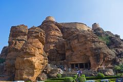 HAMPI KARNATAKA, INDIEN, NOVEMBER 2017, besökare besöker Badami grotta 1 och fortet över Arkivfoto