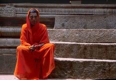 Hampi, la India, circa junio de 2002: Peregrino que presenta el templo hindú interior fotografía de archivo